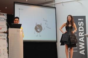 Andrew präsentiert mit Laura sein Lakritzkleid auf der Future Convention