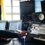 design-studierende-experimentieren-im-tonstudio