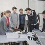 design-studierende-diskutieren-ideen