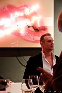 Designstudentin lernt Künstler Maximilian Wiedemann kennen