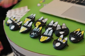 Designstudent verschenkt Buttons