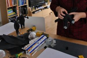 Designstudentin im Kampf mit Schaumstoff