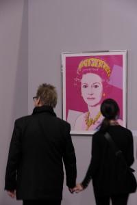 Designdozent vor Andy Warhols Queen Elizabeth