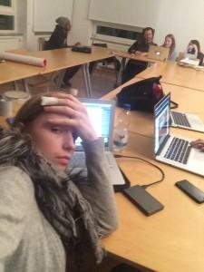 Designstudentin Nachts in der Uni