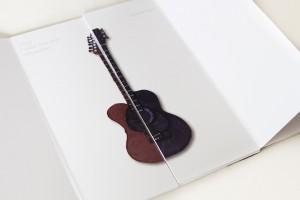 Designstudentin zeigt ihr Klappbuch