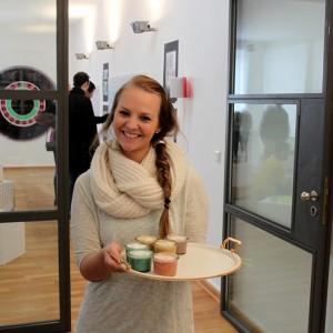 Design Studentin präsentiert bunten Kaffee