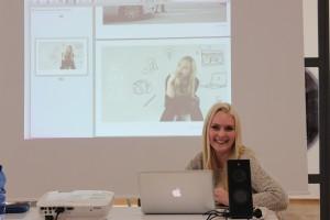 Kreativstudentin beim Praktikumsbericht