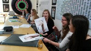 Schnupperstudentin begeistert von Ballonkopf