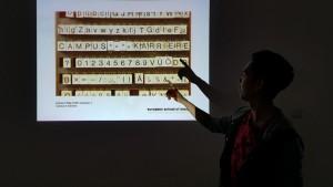 Designstudent präsentiert seine Ergebnisse