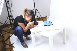 Designstudentin im Fotostudio
