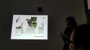 Designstudentin präsentiert ihre Ergebnisse