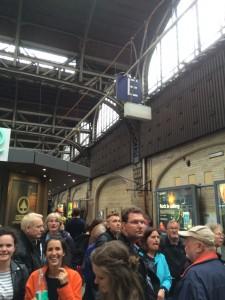 Überfülltes Bahngleis am Hamburger Hbf