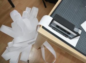 Designstudentin bastelt eine Dummy-kalenderblatt