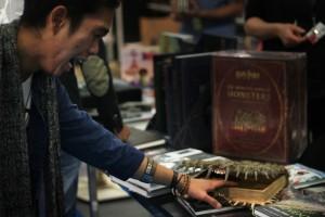 Das Monsterbuch beißt Designstudent