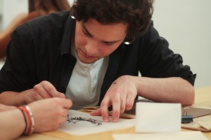 Designstudent probiert Linoldruck aus
