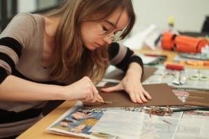 Designstudenten probiert Linoldruck aus
