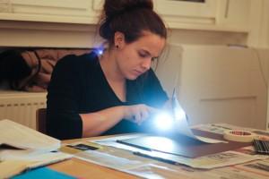 Designstudentin leuchtet ihr Motiv aus
