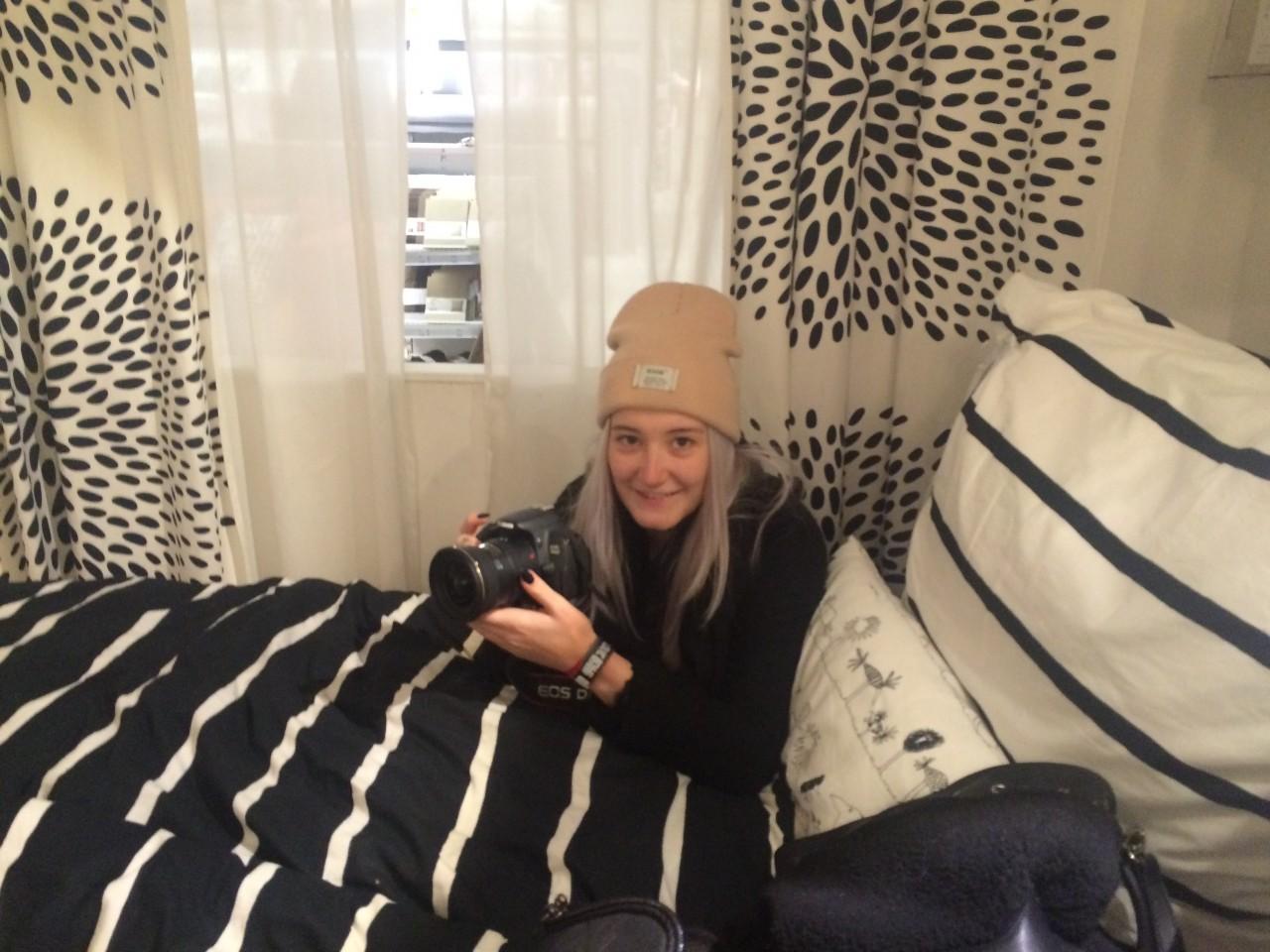 Designstudentin in einem Ikeabett