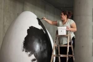 Designstudentin Hanna malt das Osterei