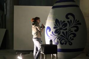 Designstudentin Katharina malt das Osterei an