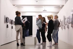 Designstudenten in der Susan Meiselas Ausstellung