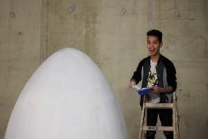 Designstudent Andrew auf Leiter vor seinem Ei