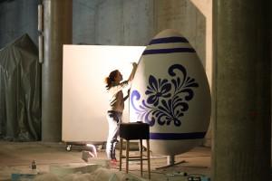 Designstudentin Katharina am Bembelmuster