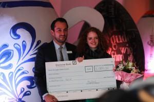 Designstudentin Katharina erhält einen Scheck von Marcus Schwartz