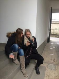 ZweiStudentinnenzeigensichdiegemachtenfotos