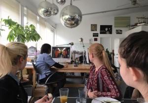 Besprechung der Ergebnisse mit Ichiro Irie nach dem Fotografie-Workshop in Sandra Mann`s Studio. Critique and talk about the results after the photo workshop at Sandra Mann`s studio.