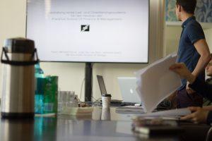 Designstudenten bereiten die Präsentation vor