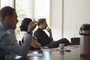 Designstudenten präsentieren vor Fachleuten