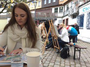 Designstudentin Vanessa zeichnet den Paradieshof