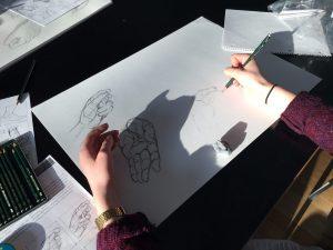 Designstudentin zeichnet Hände