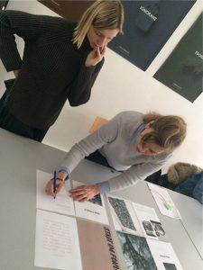 Designstudenten bei der vorletzten Korrektur