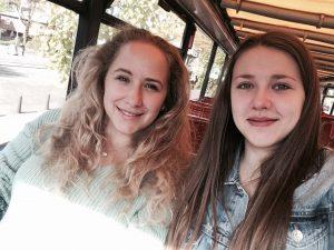 Designstudentinnen auf einer Hop-on Hop-off Bus Tour