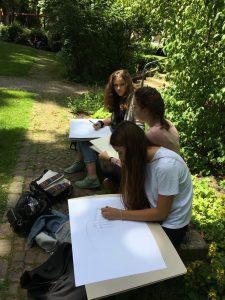 Studenten zeichnen im Freien