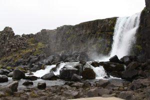 Viele Wasserfälle besichtigt die Designstudentin in Island