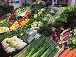 Designstudentin kauft Gemüse