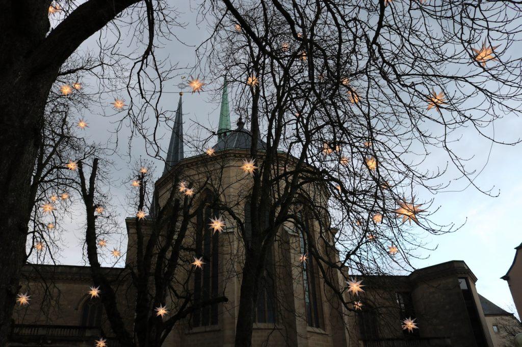 Kathedrale unserer lieben Frau mit Weihnachtsbeleuchtung