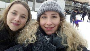 Designstudentinnen aus FRankfurt fahren Schlittschuh in den Weihnachtsferien