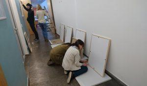 Designstudenten bauen ihre Ausstellung auf