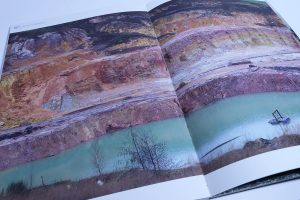 Designstudentin-präsentiert-Magazin