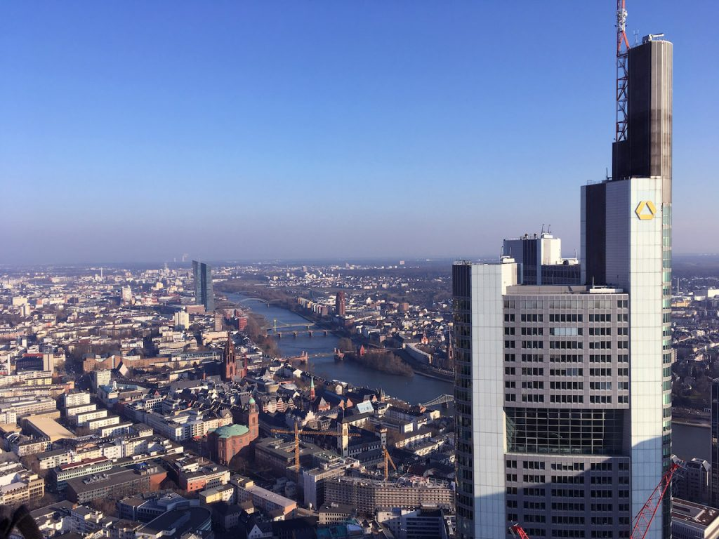 Frankfurts Dächer vom Maintower aus