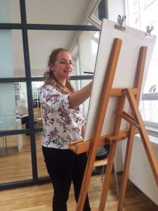 Designstudentin aus Frankfurt während dem Zeichenunterricht
