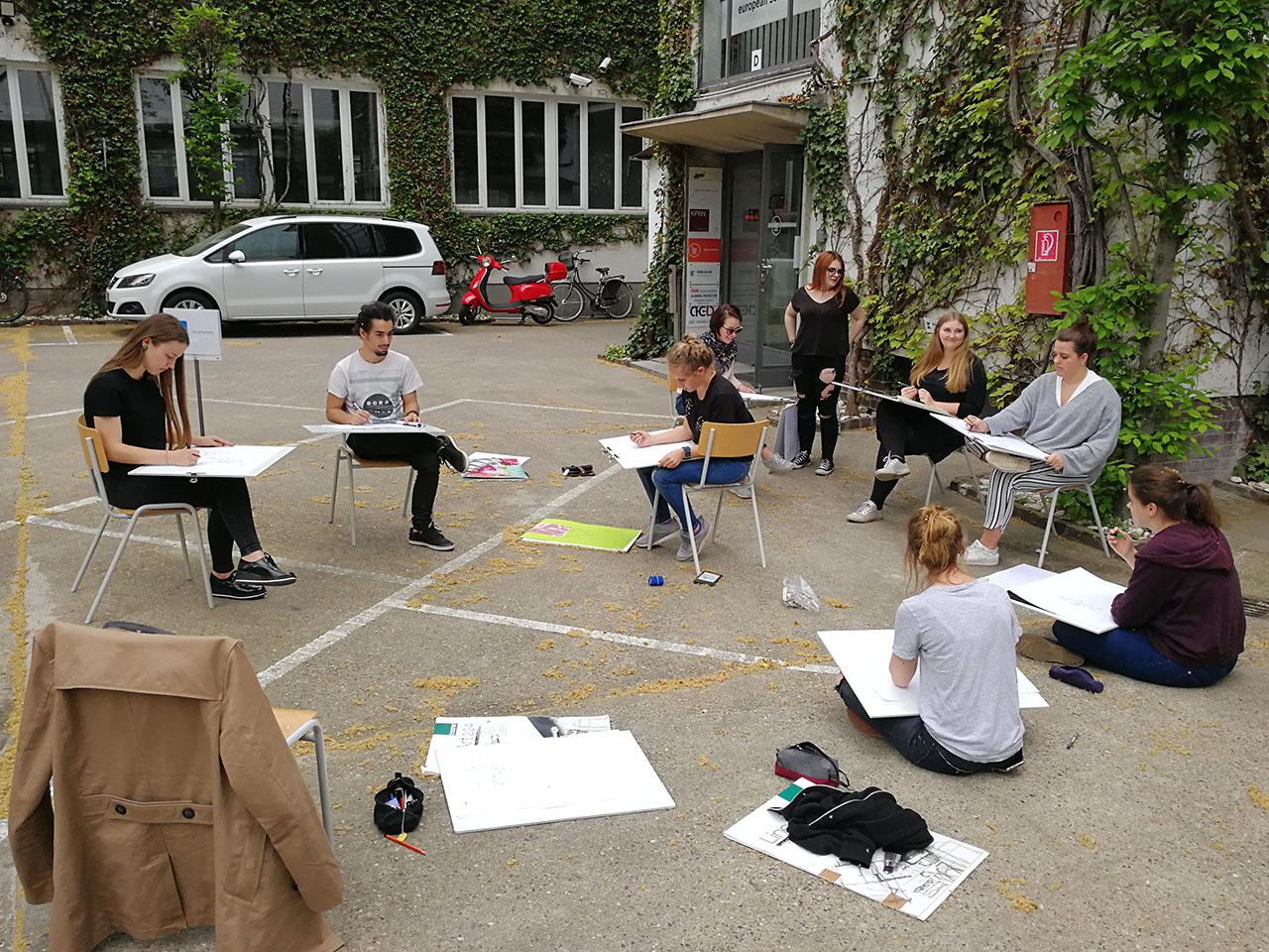 Designstudenten beim zeichnen im freien european school for Design studium frankfurt
