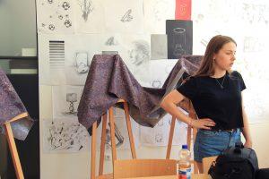 Designstudentin aus Frankfurt bereitet den Testimonial Filmdreh vor