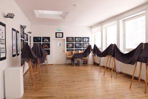 Staffelleien gegen den Schall in den Räumen für bessere Tonaufnahmen
