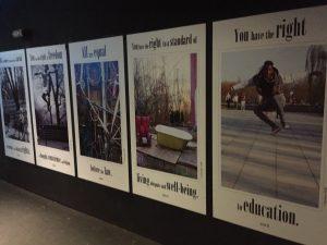 Designstudentin auf der suche nach Plakaten