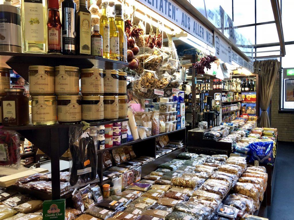 Designstudentin entdeckt Spezialitäten aus aller Welt in der Kleinmarkthalle